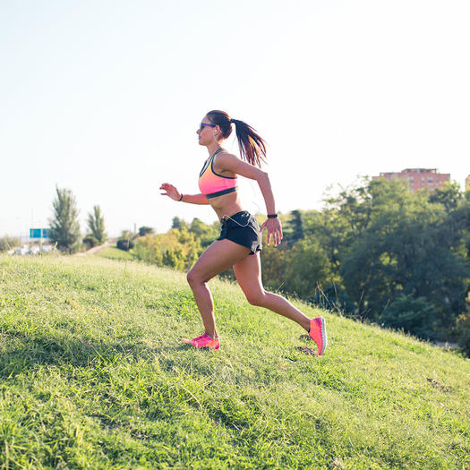 woman running up a hill for calorie burning benefits of running