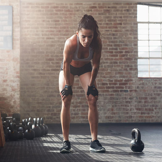 woman lifting weights to burn calories