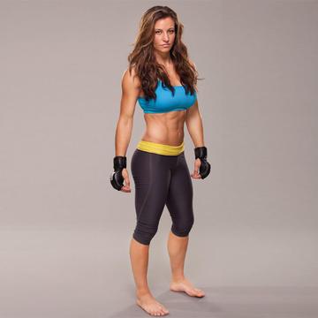 Med hendes atletisk krop og Mørkebrun hårtype, uden BH (størrelse ) på stranden i bikini
